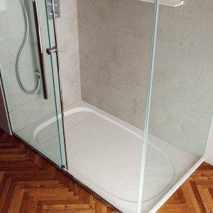 È in Duralight® con superficie levigata e materica il piatto doccia Outline di Teuco. Misura 100 x 70 cm. Prezzo della versione base 1.221 euro. www.teuco.it