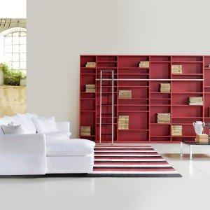 La parete-libreria di Tisettanta è laccata nel colore seta rosso e realizzata con moduli in più dimensioni. La scala in acciaio scorre su una barra in alluminio anodizzato. Misura L 398 x P 26,6 x H 249,2 cm. Prezzo 6.225 euro. www.tisettanta.com