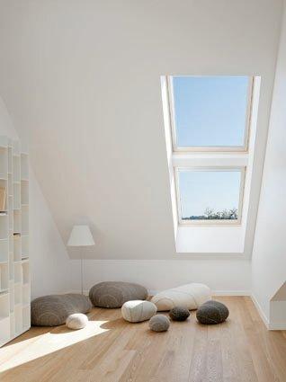 La finestra per tetti Velux 62 di Velux con triplo vetro ha trasmittanza pari a Uw 1,0 W/m2K ed è in classe acustica R3 – 42 dB. È disponibile nella versione manuale, con telaio e battente in pino massiccio stratificato. Prezzo su preventivo. www.velux.it
