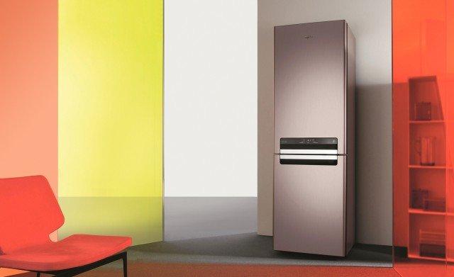 Maniglia a filo e display comandi Touch Screen sono integrati in un unico elemento nella porta in acciaio inox del frigocongelatore combinato in classe di efficienza energetica A++. È dotato di sistema Activ0° che conserva i cibi freschi fino a quattro volte più a lungo. Misura L 60 x P 66 x H 200 cm. Costa 1.199 euro WBV36992 NFC IX Absolute Pure di Whirlpool