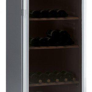 Nella cantinetta temperata WW1400 di Whirlpool la temperatura interna è facilmente regolabile tra 7 °C e 18 °C attraverso l'impostazione di un termostato posto esternamente. Chiusa da porta in cristallo con filtro UV per preservare il vino dai raggi solari, contiene fino a 88 bottiglie da 0,75 lt. Misura L 59 x P 61,2 x H 139 cm. Prezzo 759 euro. www.whirlpool.it