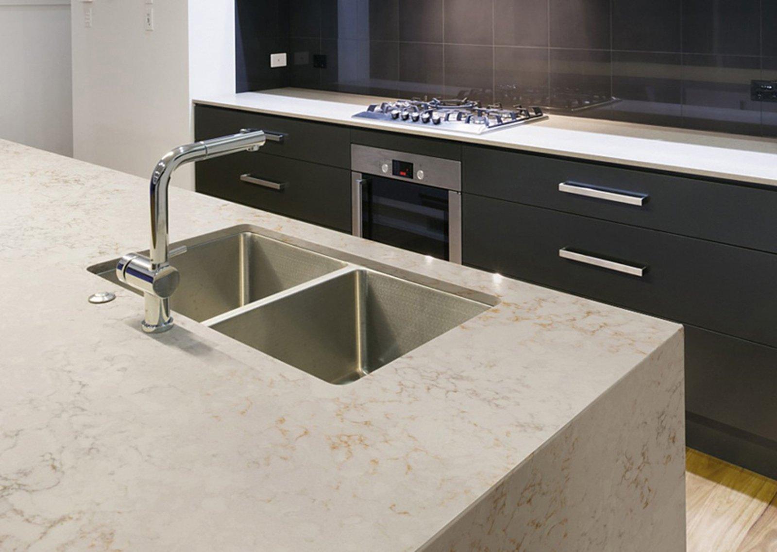 Del Quarzo Bianco Con Venature Grigio Beige E Sfumature Senape #695F47 1600 1137 Top Cucina Laminato Pro E Contro
