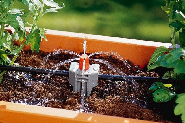 Microzampillo Nelle fioriere di grandi dimensioni, ma anche per i cespugli, sono da preferire gli spruzzatori, come il microzampillo, che coprono una superficie più ampia e permettono di migliorare la distribuzione e di bagnare zone più ampie del contenitore, da 10 a 40 cm di diametro. (in foto tubo Gardena)