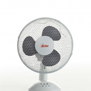 Il ventilatore da tavolo Art. 560 di Ardes, con 2 velocità e diametro di 23 cm, ha griglia asportabile per una più facile pulizia. Può oscillare in senso orizzontale per orientare l'aria fresca come meglio si desidera. Prezzo 12,90 euro. www.ardes.it