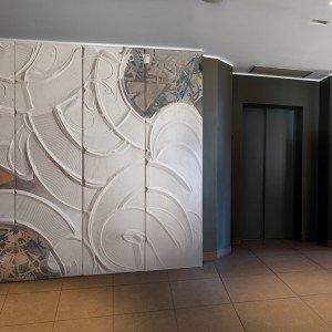 Con la collezione CasaZen, la porta diventa un'opera d'arte, realizzata in sabbia lavorata, colorata e movimentata dall'artista Elio Garis. A completare la collezione sono i modelli in vetro fuso, che riproducono le linee, i segni e le forme delle sabbie. Le porte CasaZen possono essere declinate a battente, a scomparsa e scorrevoli nella linea BIhome.