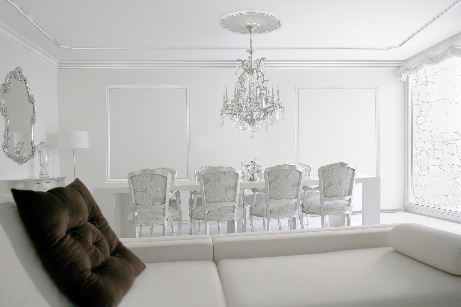 Cornici effetto gesso per rinnovare la parete cose di casa - Cornici da parete per foto ...
