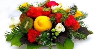 centrotavola con fiori e frutta
