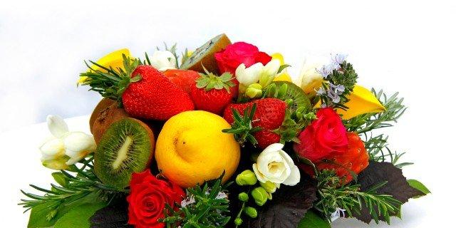 Un centrotavola di fiori e frutta