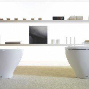Il vaso e il bidet in ceramica Bowl + Multi di Ceramica Globo sono stati pensati per essere adattati a impianti già esistenti o in fase di parziale ristrutturazione. Hanno bordi molto sottili e superficie senza scanalature. Nella versione a terra, misurano L 38 x P 55 x H 42 cm. Iva esclusa ciascuno prezzo 354 euro. www.ceramicaglobo.com