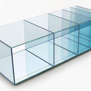 Il tavolo basso Deep Sea di Glas, suddiviso in scomparti, è in cristallo trasparente extralight stratificato e termosaldato. Misura L 125 x P48 x H 37 cm; prezzo 1630 euro. www.glasitalia.com