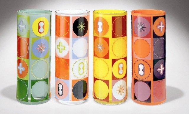 È decorato da simboli universali il vaso cilindrico Collezione Karimago di Egizia www.egizia.it che misura Ø 12 x H 30 cm; prezzo 139 euro