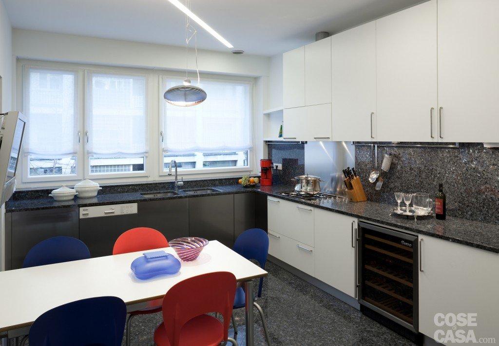 Una casa pensata per il risparmio energetico cose di casa - Cucine ad angolo con finestra ...