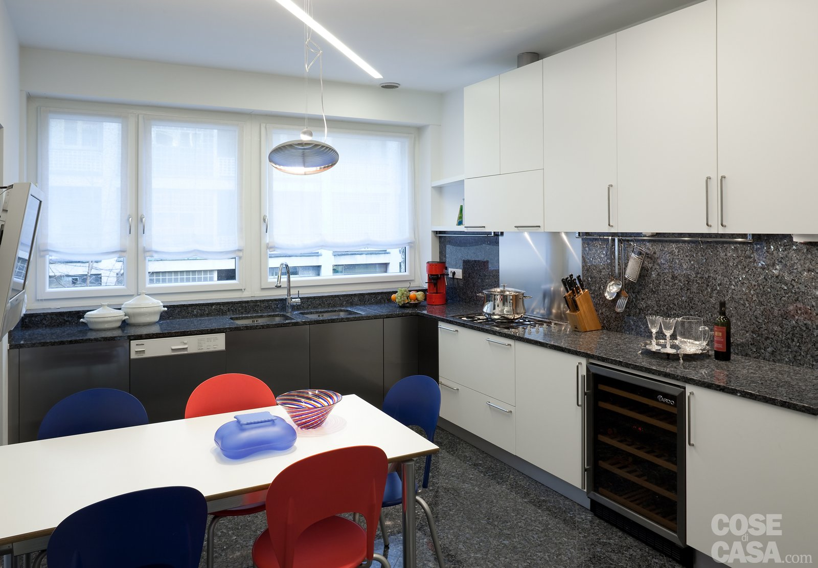 Penisola per cucina piccola - Cucina ad angolo con finestra ...