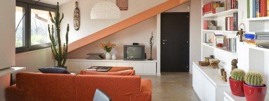 Idee salotto mansarda idee per il design della casa for Divano tondo ovvio