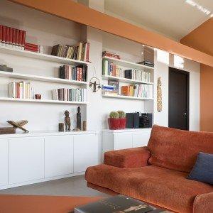 Casa in mansarda con le soluzioni giuste per gli spazi for Mensole sopra scrivania