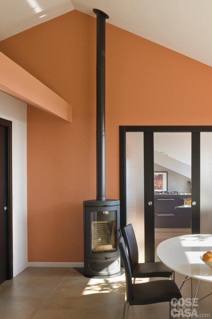 Casa in mansarda con le soluzioni giuste per gli spazi - Altezza quadri sopra divano ...