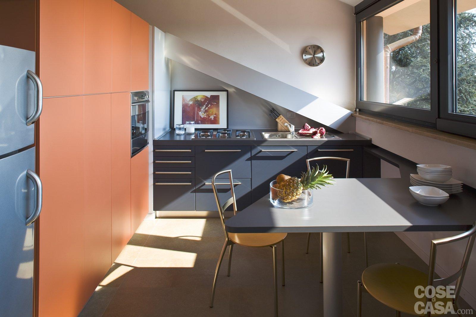 Casa in mansarda con le soluzioni giuste per gli spazi for Immagini cucina soggiorno