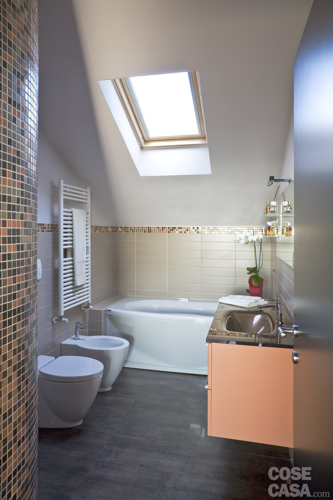 Casa in mansarda con le soluzioni giuste per gli spazi bassi cose di casa - Bagno sottotetto ...