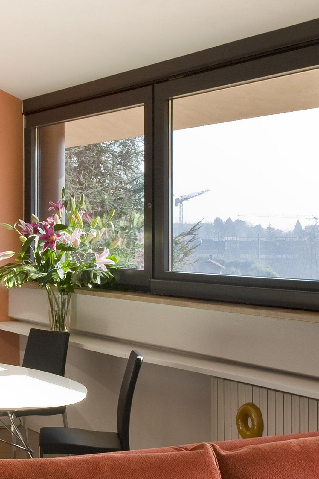 Casa in mansarda con le soluzioni giuste per gli spazi for Divano davanti porta finestra