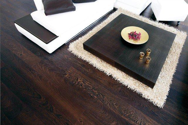 Parquet prefinito in wengé con doghe da 14-15 cm x 70-200 cm, con spessore totale di 1 cm di cui 0,4 di legno nobile; nella versione base al mq costa 100 euro Gold Listo Floor® di Garbelotto