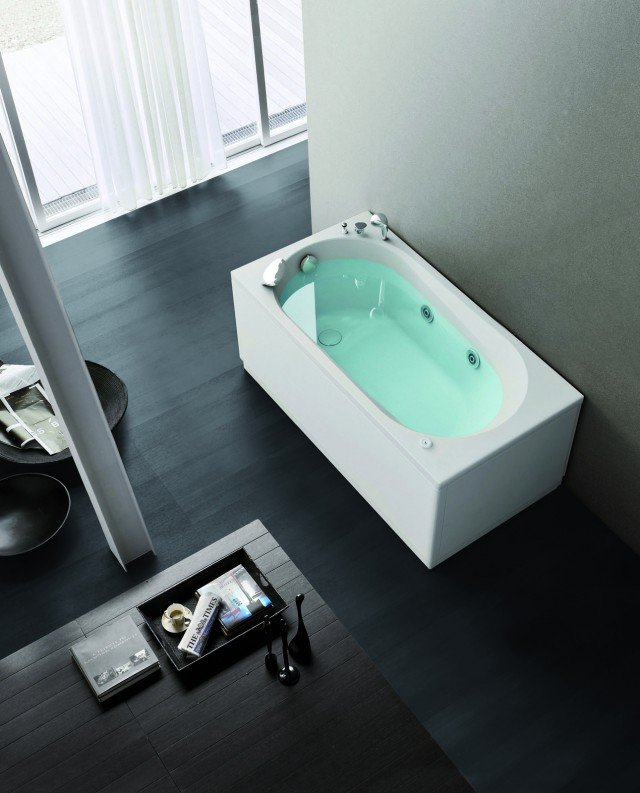 La vasca Nova di Hafro è realizzata in acrilico e dotata di idromassaggio. Misura L 140 x P 70 x H 58 cm. Prezzo base Iva esclusa 990 euro. www.hafro.it