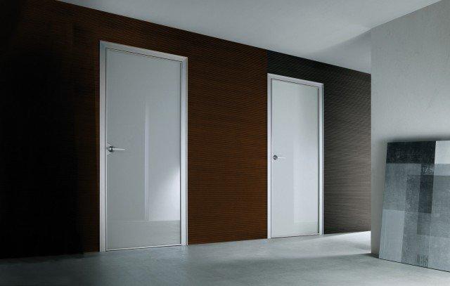 È minimal Con struttura in alluminio e un'unica lastra di vetro, la porta a battente lineare abbina funzionalità ed estetica.