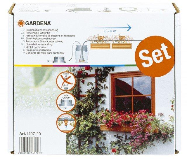 """Idrokit per fioriere Gardena è il kit completo per irrigare in automatico 5-6 metri di fioriere. La confezione contiene un programmatore, la pompa in bassa tensione a 14 V con filtro incorporato, 10 m di tubo da 4.6 mm (3/16""""), 25 gocciolatori in linea da 2 l/h con tappino e ago di pulizia, 15 supporti tubo. Si possono avere 13 programmi predefiniti, selezionabili tramite manopola. Prezzo 135,20 euro.  www.gardena.com"""