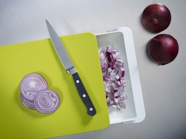 Cut & Collect è il tagliere di Joseph Joseph munito di un cassetto contenitore estraibile: ottimo per raccogliere i pezzetti degli alimenti tagliati e aggiungerli direttamente alla ricetta. Il cassetto può anche contenere un coltello da cucina per averlo sempre a portata di mano. Questo praticissimo tagliere è lavabile in lavastoviglie e ha una base antiscivolo. Misura L 30  x  P 22 cm - Spessore: 4 cm. Prezzo 30 euro. Acquistabile su www.madeindesign.it