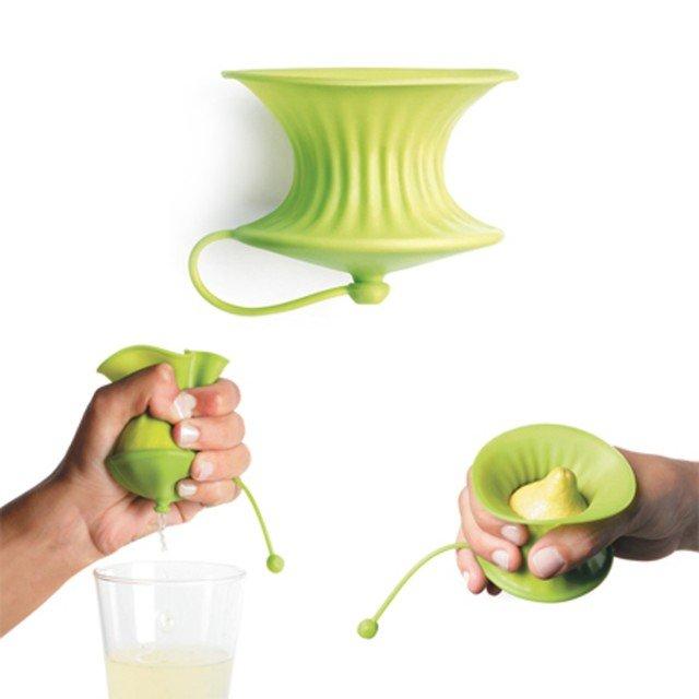 Lo spremilimoni prodotto da Léuké è facile e pratico da usare. Taglia il limone, inseriscilo nella sacca di silicone e spremi. L'agrume schiacciato lascerà uscire i suoi succhi, senza semini, grazie alla parte sottostante realizzata con un beccuccio apribile e richiudibile. Usa la quantità di limone desiderata e poi richiudi il tappino, proteggendo la metà inutilizzata fino al momento della successiva spremitura. La confezione da 2 costa 14,50 euro. www.lekue.es