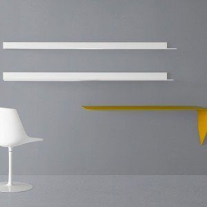 La mensola/scrivania Mamba light di Mdf Italia in fibra di legno a media densità, a spessore variabile e curvata in stampo, è disponibile in bianco opaco, arancione, blu, sabbia, avorio, giallo e grigio antracite. Misura L 134 x P 40 x H 44 cm; prezzo 720 euro. www.mdfitalia.it