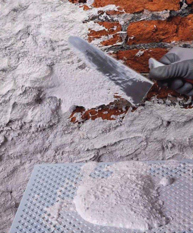 La malta Mape-Antique Rinzaffo Antisale di Mapei in polvere senza cemento, è premiscelata con leganti idraulici, sabbie, additivi e fibre sintetiche. www.mapei.it