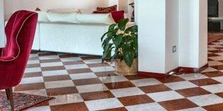Come arredare il soggiorno con pavimento in marmo
