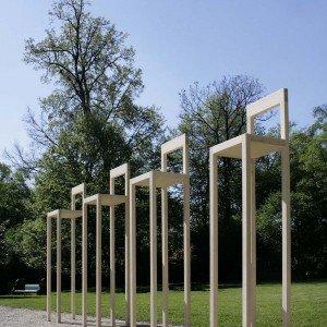 """Il prestigioso Palazzo Bembo, nelle vicinanze del ponte di Rialto sul Canal Grande, ospita la mostra """"Personal Structures"""" dell'artista Michele Manzini, un'installazione site specific formata da 4 sedie-sculture prodotte dall'azienda Morelato, delle dimensioni L 55 X P 55 X H 250 cm."""