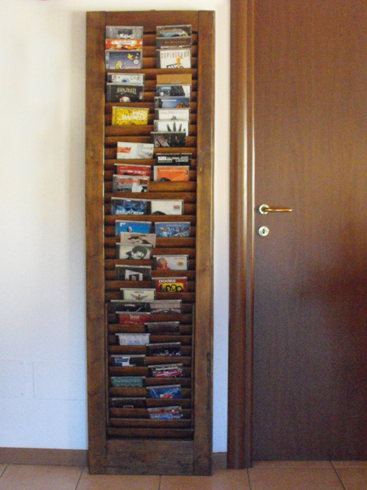 Una vecchia persiana trasformata in un portacd cose di casa - Porta cd da muro ...