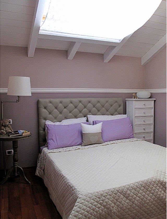La testiera del letto è Chesterfield di Maison du Monde, disponibile anche nel color cioccolato e in misura per letto singolo (L 140 cm). Misura L 162 x P 9 x H 122 cm. Prezzo 249,00 euro www.maisonsdumonde.com/IT/it