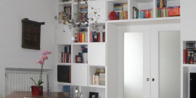 Separare cucina e soggiorno con un mobile a ponte sulla porta