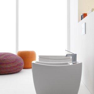 Il bidet a pavimento e il vaso con scarico verticale Tiber di Roca sono realizzati in porcellana. Di linea minimalista, misurano L 34 x P 57 x H 42 cm. Bidet: prezzo 414 euro. Vaso: prezzo 289 euro. www.roca.com