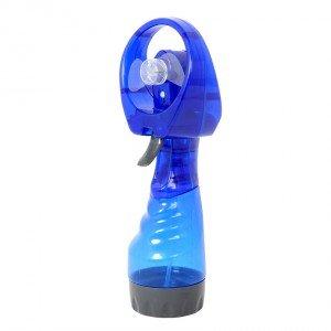 Portatile, il ventilatore di Schoenhuber che funziona a batterie si può portare ovunque e ha vaporizzatore in plastica per spruzzare anche acqua rinfrescante. È disponibile in diversi colori. Prezzo 9,95 euro. www.schoenhuber.com