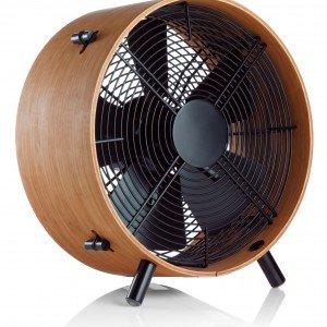 Il ventilatore da terra in legno di bamboo Otto di Stadler Form ha diametro di 35 cm. Regolabile su tre velocità, ha potenza di 45 watt. Prezzo 169 euro. www.phorma.com