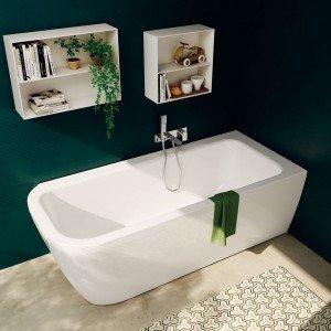 In acrilico. la vasca Nauha di Teuco è abbinata a rubinetteria a parete monocomando da incasso con doccetta della serie Leaf. Misura L 170 x P 70 x H 57 cm. Prezzo 750 euro. www.teuco.it