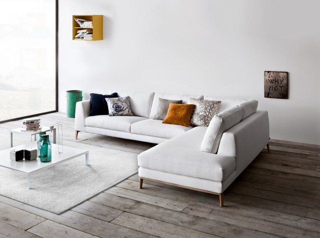 Ha struttura in legno, con basamento in rovere naturale, imbottitura in poliuretano espanso e rivestimento in tessuto sfoderabile il divano componibile che misura  L 304/206 x P 96 x H 86 cm e con rivestimento in tessuto costa 4.007 euro TIme di Pianca