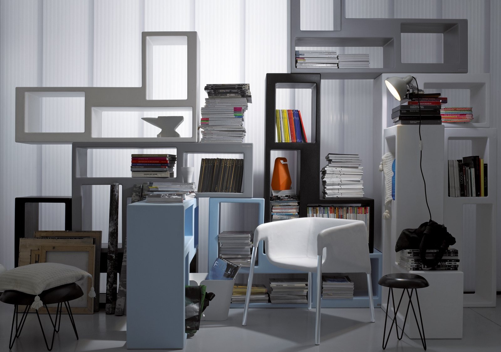 Mini librerie salvaspazio a parete o in mezzo alla stanza for Libreria salotto
