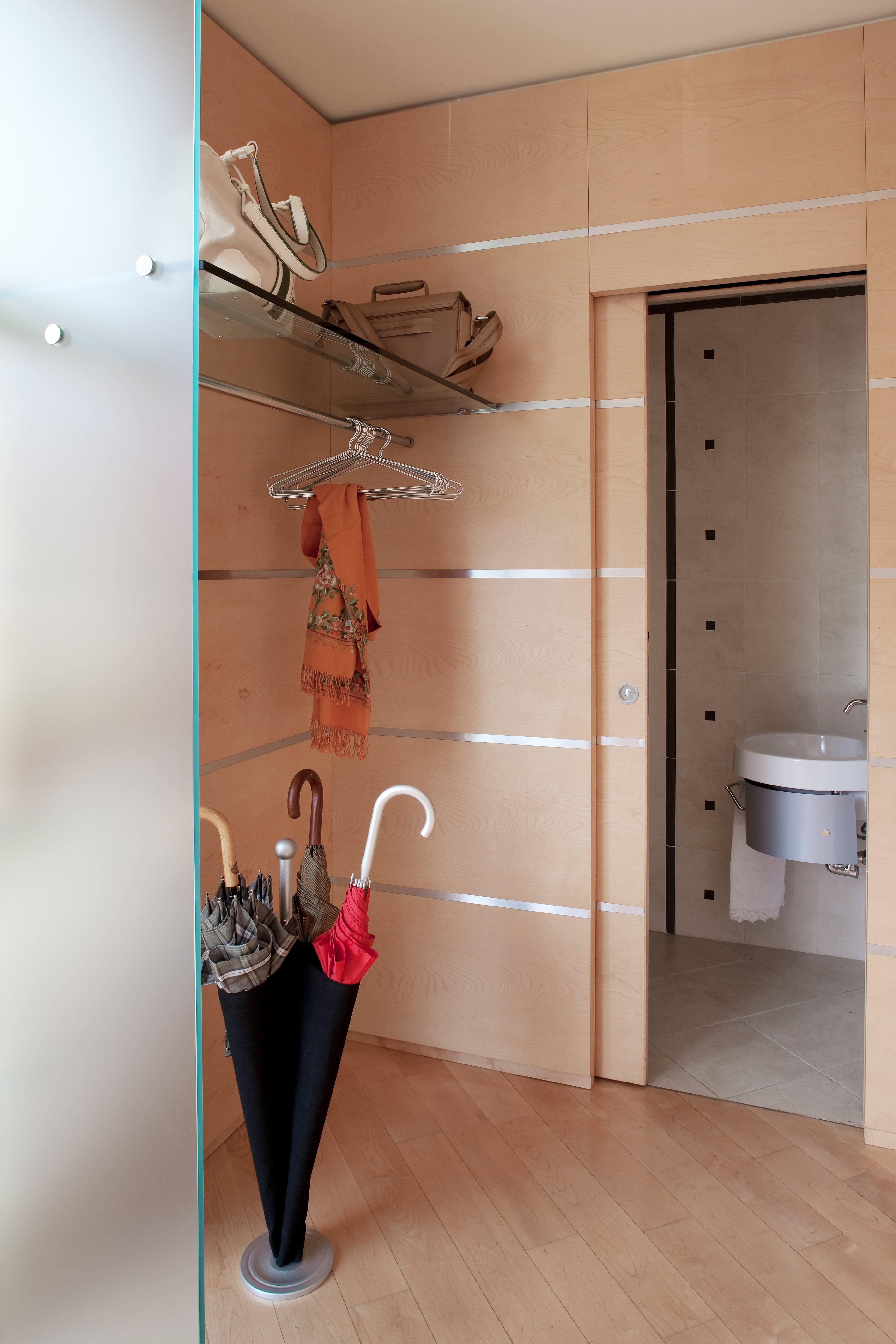 Una casa con soluzioni che moltiplicano la luce cose di casa for Armadio guardaroba da soggiorno