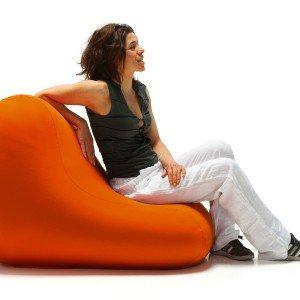 Chair di Belnotes è una seduta accogliente dalla forma essenziale. Lavabile con acqua e sapone e resistente ai raggi UV, è disponibile in 2 formati ergonomici. Nella foto, versione appoggiata a terra in orizzontale, sul lato più lungo. Misura L 80/110 x H 60/70 cm; prezzo a partire da 159 euro. www.belnotes.it
