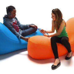 I-Bone è declinabile in due funzioni: sdraio e seduta. Con larghezza 145 cm, prezzo a partire da 279 euro.