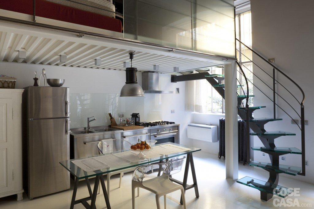 Mini loft la casa recupera spazio con nuovi soppalchi - Cucina con soppalco ...