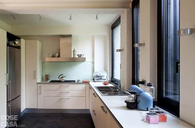 Una casa con soluzioni che moltiplicano la luce cose di casa - Pensili sopra letto ...
