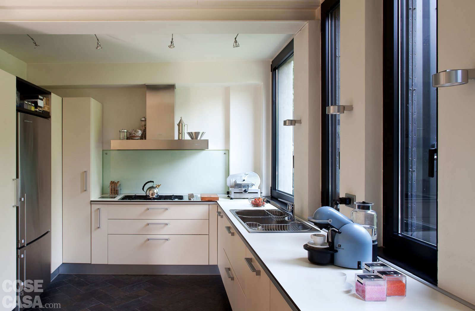 Una Casa Con Soluzioni Che Moltiplicano La Luce Cose Di Casa #4A5F81 1600 1050 Immagini Di Cucine Americane