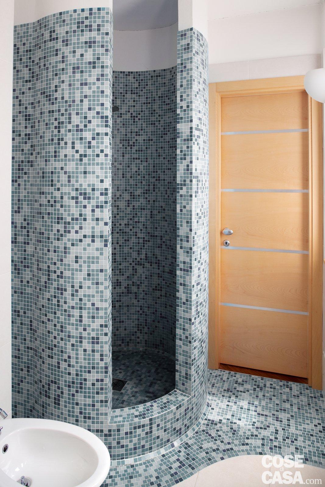 Una casa con soluzioni che moltiplicano la luce cose di casa for Box doccia in muratura foto