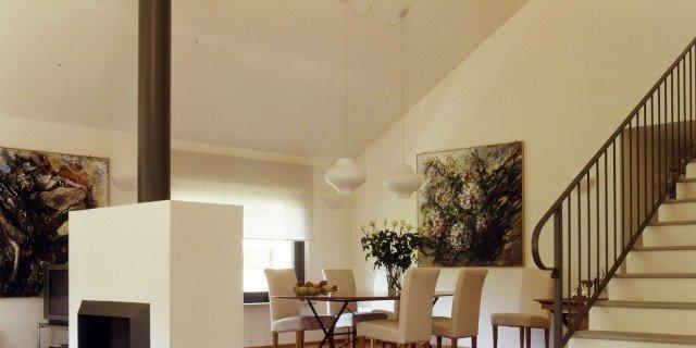 """Un soggiorno """"commentato"""". Tra mobili d'epoca e design moderno"""